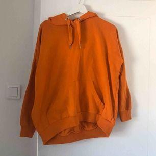 Orange hoodie från monki!!! Storlek XS, perfekt skick :-)
