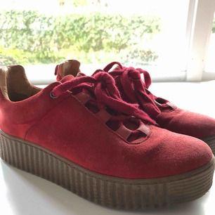 Röda samsoe samsoe skor med lite platform, sjukt snygga men tyvär lite för små för mig nu! Frakt ingår ej!