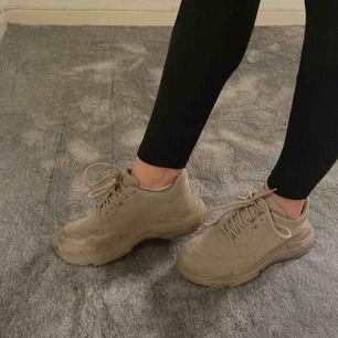 Sneakers från Nelly! Använda någon gång men lite slitna där fram men annars ser dom nya ut! Strl 40 men är små i storleken