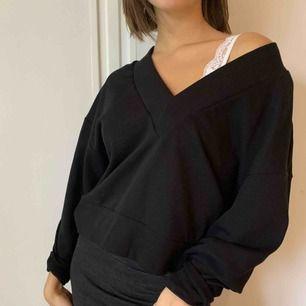 Svart oversized tjockare tröja! Använd en/två gånger:) Köparen står för frakt