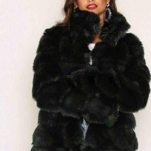 💌Underbar svart pälsjacka från Nelly (Faux) som säljes! Oanvänt skick. Storlek är 34. Jag tycker att det är mer en 36/38.  Första bild är från Nelly.  Ord pris: 999kr. ;)💌