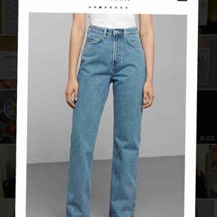 """Weekdays jeans  Modell: Row Färg: sky blue Strlk: 27/32 """"Must have"""" jeans in my opinion! Köpare står för frakt."""