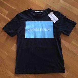 Helt ny Calvin Klein jeans t-shirt som inhandlades i somras. Den är lite oversized i modellen! Frakt tillkommer om ej annat köps!