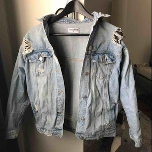 Jeansjacka med snygga slitningar från märket R.Display. Det är en oversize modell så de beror på hur man vill att den ska sitta men jag skulle säga att den passar Xs-M. Den är köpt för ca 700kr