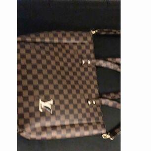 Två fresh äkta LV och en Gucci and väska. Den LV har en handväska rep och en axelväska. Gucci har bara en handväska rep.