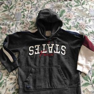 Sweat sweater från Zara's . Barn storlek men för en Xs så vista man lite Magen .  Súper fin i topp skick.