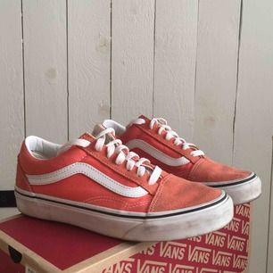 skitsnygga orange/korall färgade vans old skool modell, storlek 36. använda fåtal gånger! jättefint skick.