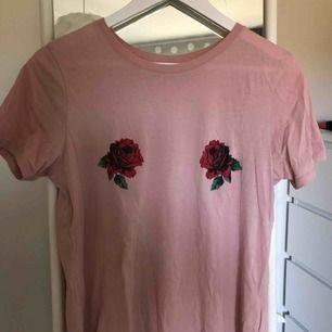 fin, rosa t-shirt med rosor på brösten 🥰