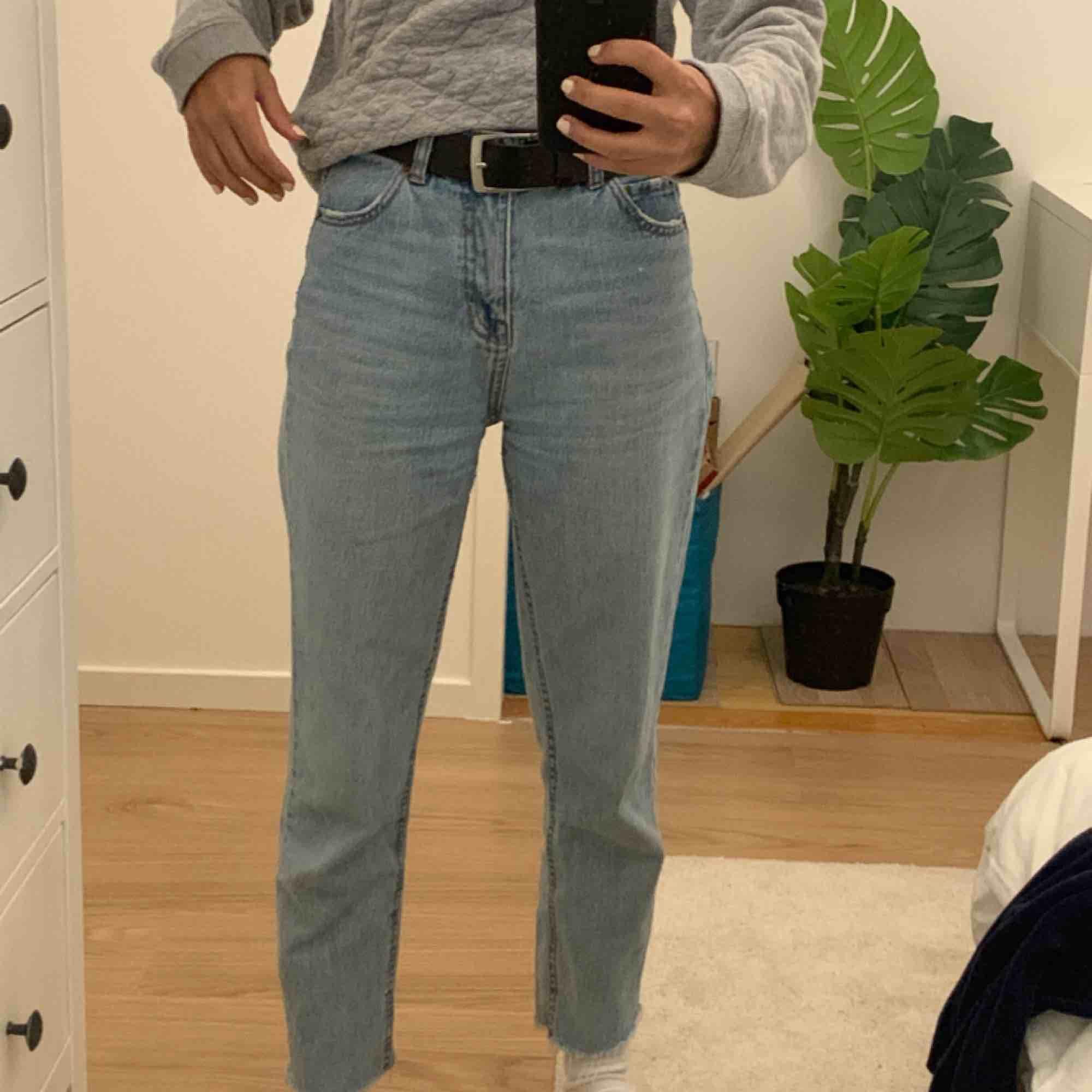 Säljer mina absolut favorita ljusblåa retro jeans från Pull n Bear. En riktig must have✨💕 Använt flera gånger men är fortfarande i bra skick. Liknar Levi's 501:s. . Jeans & Byxor.