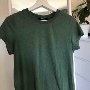 ⭐️Skitsnygg, militärgrön, basic t-shirt från Bikbok säljes pga vuxit ur ⭐️