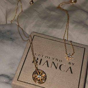 Två halsband ifrån Guldfynd by Bianca! De är i förgyllt äkta silver med kubisk zirkonia. Nypris 698 och 598 kr. Använda vid ett tillfälle. 500 kr för det stora, 400 kr för det lilla. Jag bjuder på frakten! Skriv privat vid eventuella frågor 🥰