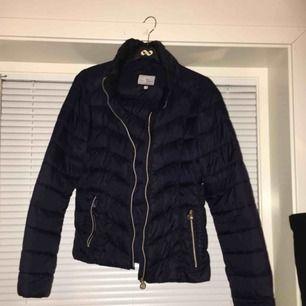 En jätte fin märkes jacka köpt förra året för 1000kr. Den är i superfint skick förutom att ena dragkedjan lossnat. Men går att fixa💗strl M. Men passar även en S.