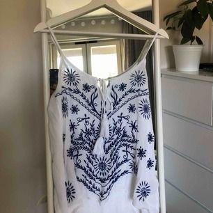 💕Jättefint linne som passar både till vardags och fest! Använd typ tre gånger max.  (Okänt märke då jag av någon anledning klippt av lappen)💕