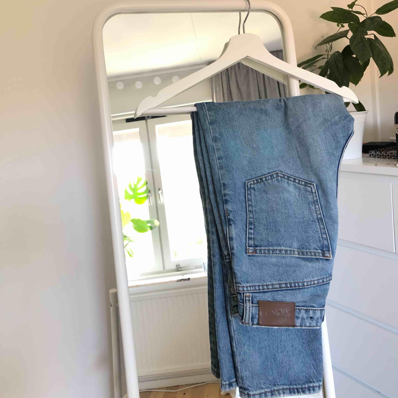 Assnygga momjeans från monki. Jättesnygg passform, speciellt över rumpan ;) Skulle säga att dom är storlek S. . Jeans & Byxor.