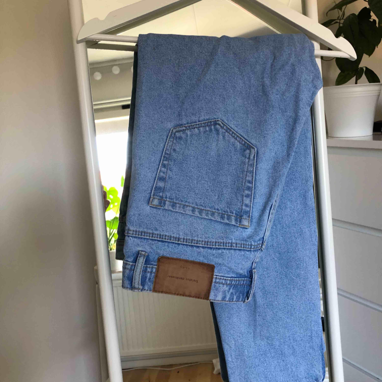⭐️Oanvända, jättesnygga mom-jeans från Zara. Lite liten i storleken så är snarare 36 skulle jag säga. ⭐️. Jeans & Byxor.