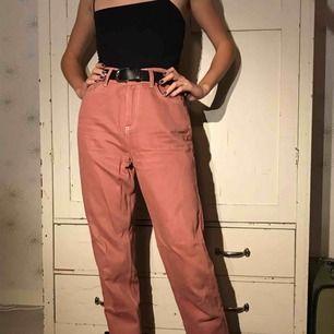 Rosa jeans med vita sömmar köpte på Urban Outfitters