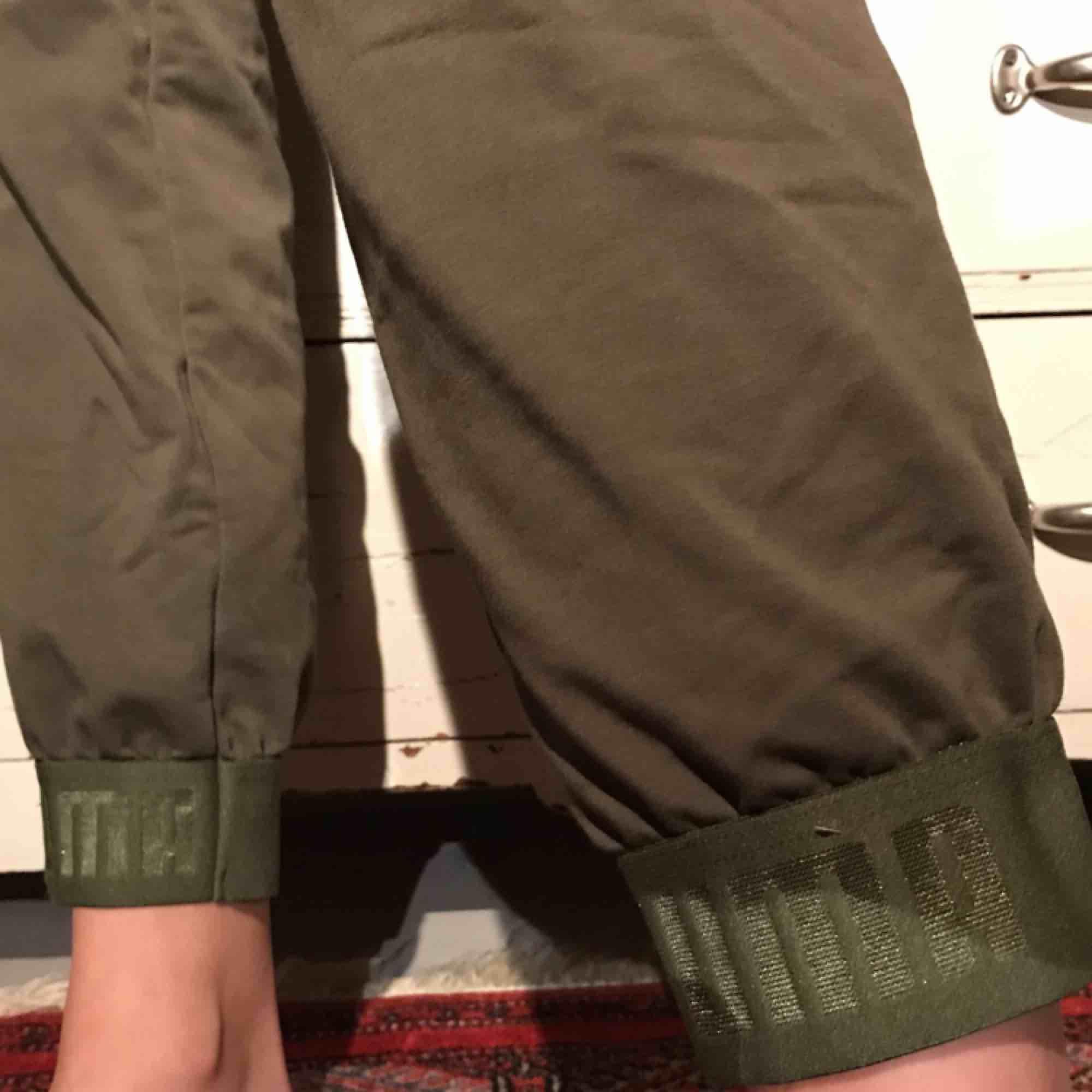 Gröna mjukisbyxor med muddar. Jeans & Byxor.