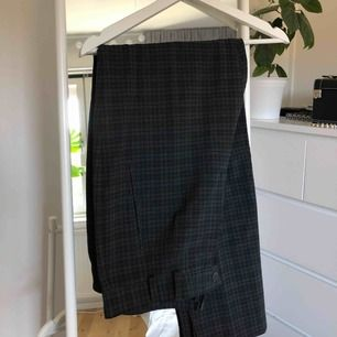 snygga grönrutiga kostymbyxor från okänt märke :) pris kan diskuteras!