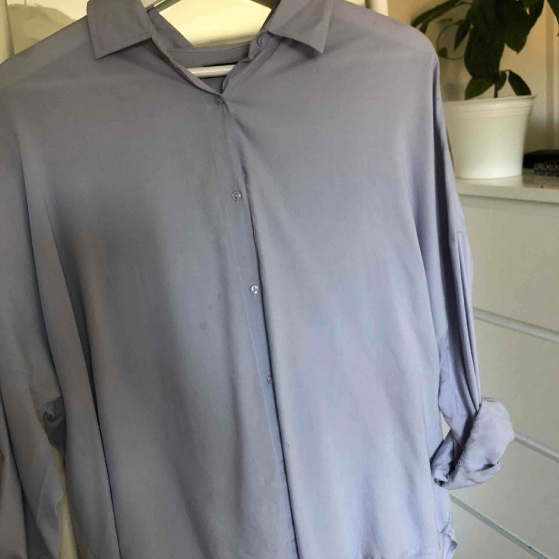jättefin skjorta från Wilma Holmqvist's klädmärke Hickap. Knappt använd och säljer pga inte min stil :). Skjortor.
