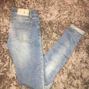 Jättefina roxie jeans, stretchiga. (Dom är inte högmidjade). Köpte för ca 249kr skulle jag tro.  Säljer pga för små. 💗 bättre att dom kommer t användning hos nån annan!! Superfint skick! Strl. 28/32