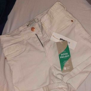 Nya Vita jeans shorts med prislapp på från ginatricot i modellen (Molly) strl S