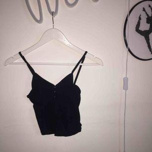 Litet och kort linne. Rekommenderas inte för den med stora bröst då knapparna lätt går upp. Lätt ribbat tyg och fin form.