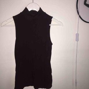 Slätt linne från GinaTricot med en djup lila färg. Lite längre modell men går utmärkt att vika upp eller stoppa in i byxorna om så önskas!
