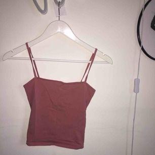 Kort, gulligt linne från HM i en ljusrosa/beige färg. Materialet är slätt (även om det ser lite grovt ut på andra bilden).