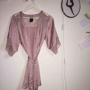 Kimono från HM i en rosa-metallic färg. Den kommer inte till någon stor användning och skulle därför gärna skicka vidare den