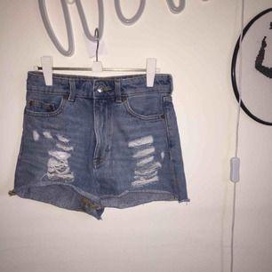 Shorts från Monki med slitningar. Inte använda på länge, mest för att jag har vuxit ur dem.