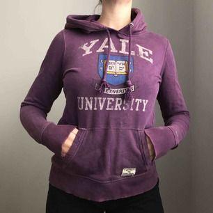 Långärmad hoodie från Hilfiger Denim i en härlig lila färg • Yale university print framtill • i medium men sitter mer som en small • i använt skick men fortfarande fin! Frakt tillkommer.