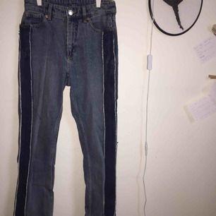 Monki jeans i modellen ... En mörkblå rand på sidan som kontrasterar det ljusare jeanstyget. Använder inte längre denna sortens jeans
