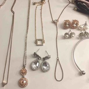 """Massa smycken i mycket fint skick! Armband, halsband, handsmycke, örhängen och rosettarmand. Vissa grejer oanvända o vissa använda. Säljs både styck och paketpris💕💕pärlarmband, silvriga """"diamantdroppar"""" örhängena & bronsörhängena SÅLDA!"""
