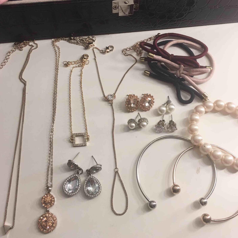 """Massa smycken i mycket fint skick! Armband, halsband, handsmycke, örhängen och rosettarmand. Vissa grejer oanvända o vissa använda. Säljs både styck och paketpris💕💕pärlarmband, silvriga """"diamantdroppar"""" örhängena & bronsörhängena SÅLDA!. Accessoarer."""