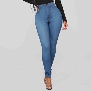 Fashionnova jeans i strl US 5, vilket motsvarar ungefär en EU 36 eller W27-29. Kylie Jenner använder dessa! Väldigt högmidjade och stretchiga! Frakt tillkommer🥰  (Köpta för totalt 35$ +15$ frakt och 180kr tullavgift)