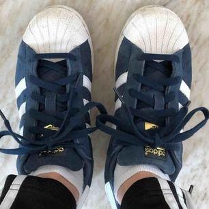Blå adidas Superstar skor. Bra skick och äkta! Väldigt snygga 80kr frakt!