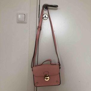 Jättefin rosa handväska från river island. Den är i fint skick förutom lite små fläckar men det är inget man märker. Axelbandet är justerbart. Jag möts upp i Stockholm och annars delar vi på frakten🥰