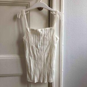Ett linne från H&M. Storlek small, damstorlek. Skick: 10/10. Levereras nytvättad. Postas endast, 18kr (frakten är inräknad i priset). Mvh Marija