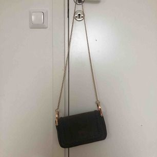 Svart/mörkbrun handväska från HM. Säljer pga att det inte är min stil. Möts upp i Stockholm eller så delar vi på fraktpriset🥰