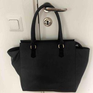Stor svart handväska, i gott skick. Säljer då den inte kommer till användning. Långt band medföljer. Möts upp i Stockholm eller så delar vi på fraktpriset👍🏼