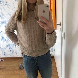 Fin beige stickad tröja med glitter ifrån hm. Använd men är som ny. Möts upp i Stockholm eller så delar vi på fraktpriset👍🏼