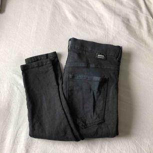 Svarta Dr denim jeans i storlek M. Väl använda men i fint skick, lite uttöjda pga att dem är så stretchiga (bild 3) men det syns inte när man har på sig dem