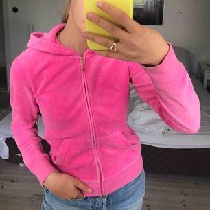 Juicy couture kofta köpt för ca 900 på Raglady by tara! Den är i storlek 12 år men funkar som en xxs. På mig som är en XS är den lite liten! Koftan är i mycket fint skick och köparen står för frakten!