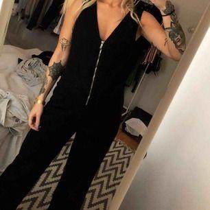 Denim jumpsuit från Zara. Använd vid ett kort tillfälle så är som ny. Passar Small-Medium.