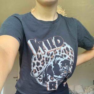 Säljer min tröja med leopard inspirerat. I super bra skick!!