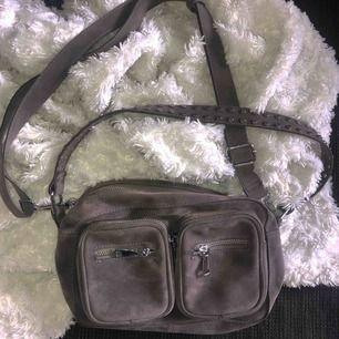 Noella väska i grå mocka! Fint skick 💕 frakt tillkommer på 50kr! budgivning pågår!