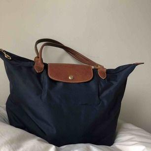 """Marinblå väska från Longchamp med guld detaljer. Tror detta är deras """"mellan-storlek""""   Kan hämtas i uppsala eller skickas mot fraktkostnad🌟"""