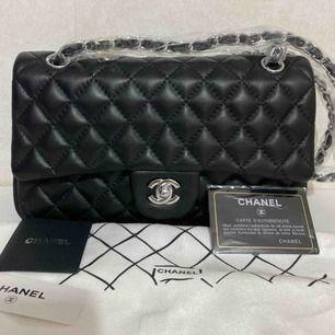 Chanel väska i skinn med silver detaljerad , medium storlek ca 26* 16cm     Aaaa kopia  Köparen står för frakten
