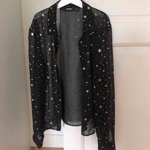 En mesh blus/skjorta med guldiga stjärnor!!🌟 Skitsnygg men är tyvärr för liten för mig🥰 Frakt ligger på ca 40kr