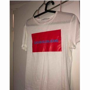 Calvin Klein T-shirt nypris 499kr, använd 1 gång så i nyskick♥️